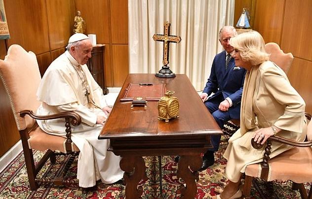 الأمير تشارلزولي وزوجته مع بابا الفاتيكان