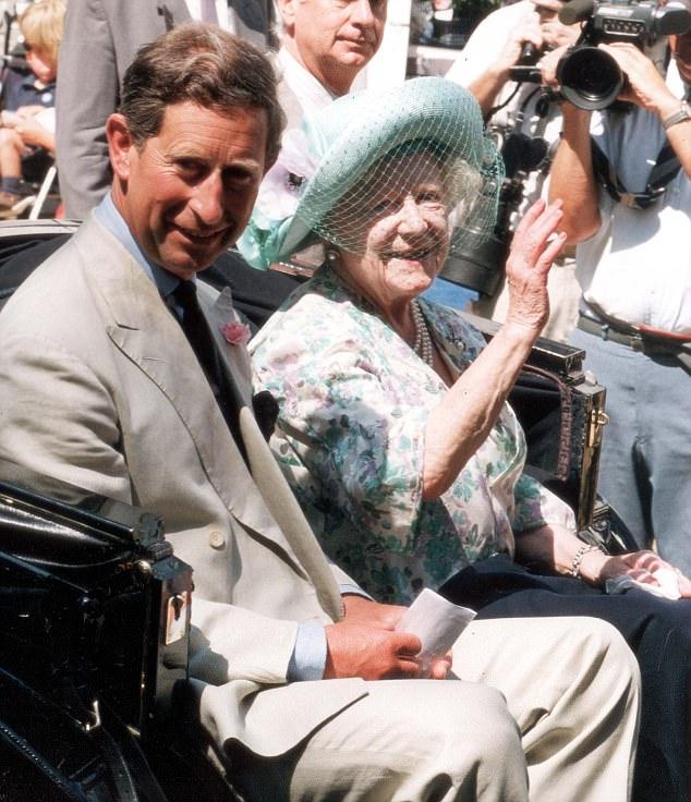 الأمير تشارلز مع جدته الملكة الأم