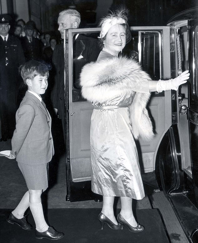 الأمير تشارلز يستعد لركوب السيارة مع جدته