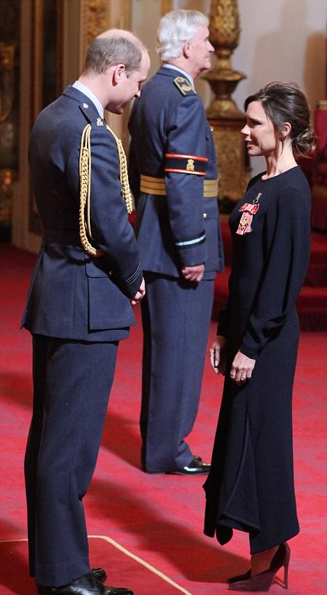 الأمير وليام يقلد فيكتوريا بيكهام الوسام في مراسم رسمية أقيمت في قصر باكنجهام