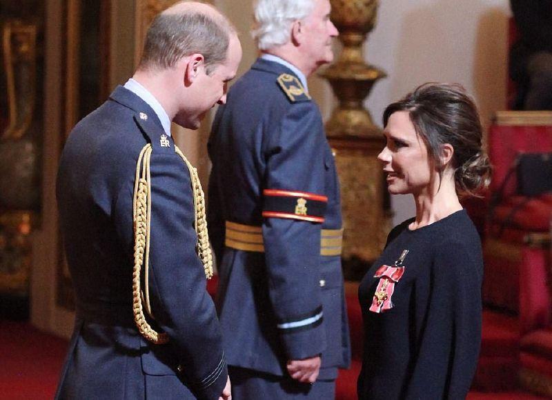 الأمير وليام يقلد فيكتوريا بيكهام وسام رتبة الإمبراطورية البريطانية
