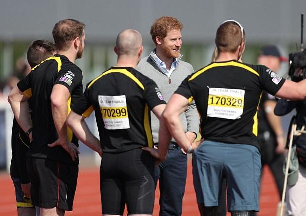 الأمير وهو يتبادل الحديث مع عدد من المتنافسين