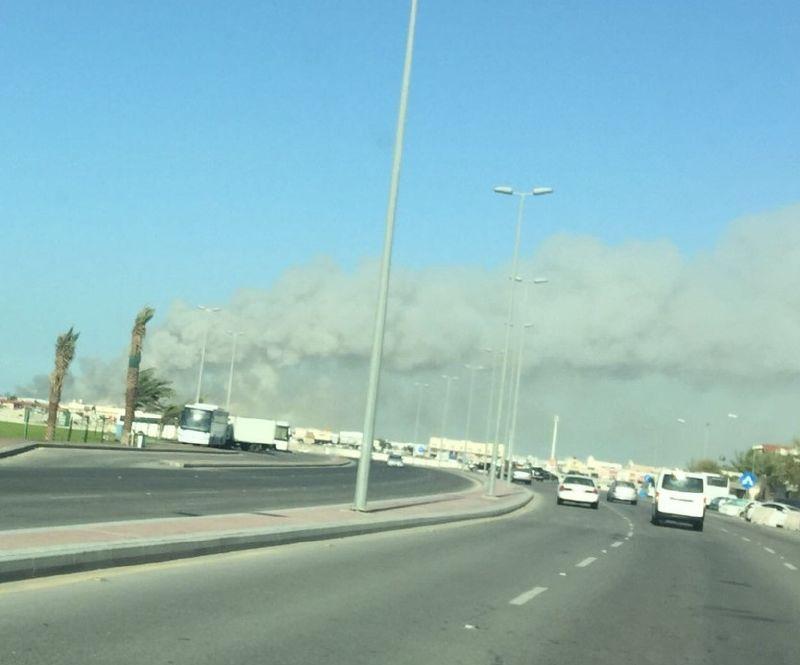 الدخان غطى سماء القطيف بسبب الحريق
