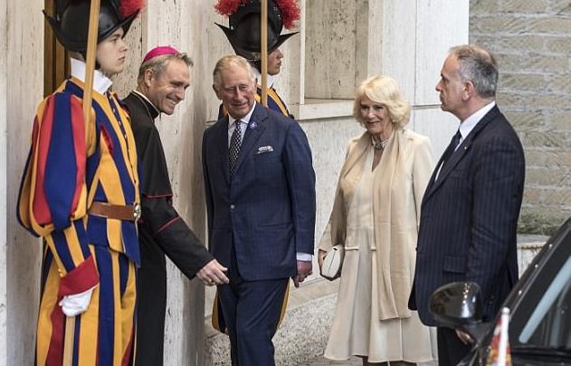 بابا الفاتيكان وقف على بابا مكتبه لاستقبال الأمير تشارلز وزوجته دوقة كورنوال
