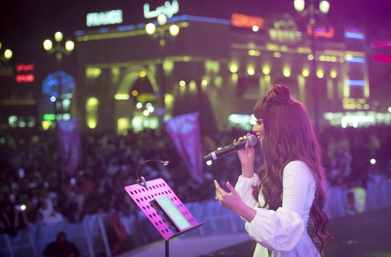 بلقيس تؤدي مجموعة كبيرة من أغنياتها برفقة فرقتها الموسيقية