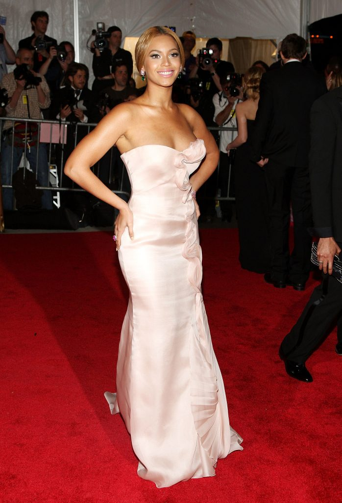بيونسيه (Beyoncé) في إطلالة من Armani Privé في عام 2008