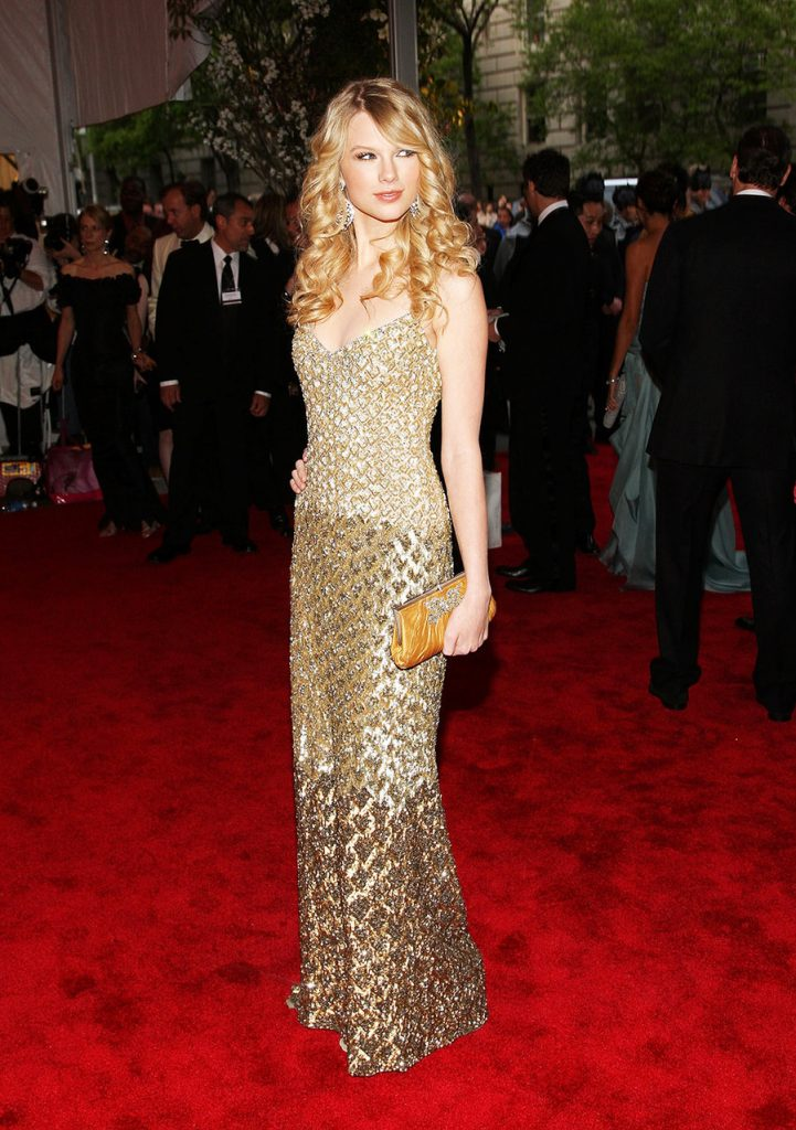 تايلور سويفت (Taylor Swift) في إطلالة من ماركة Badgley Mischka في عام 2008