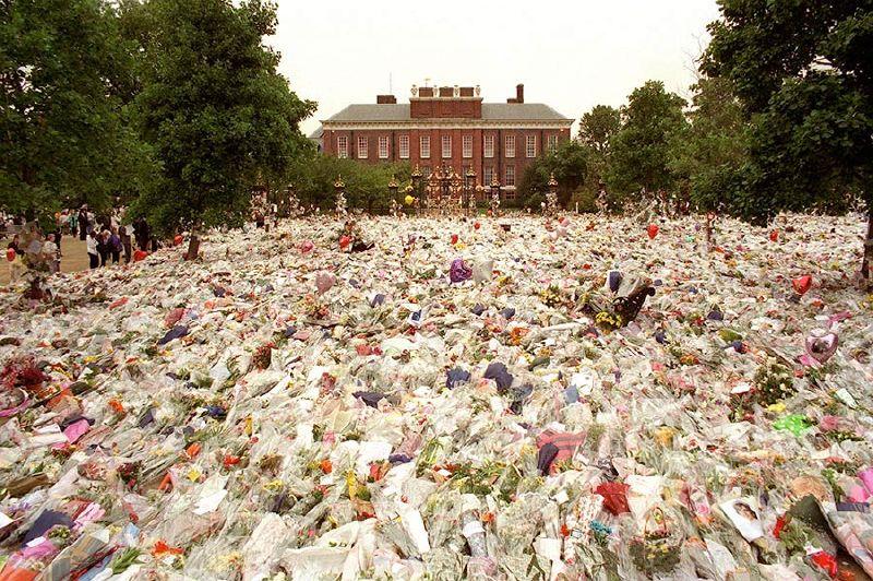 توافد الآلاف من المشيعون إلى القصر لوضع باقات الزهور بعد أن وصلتهم أنباء وفاة الأميرة ديانا