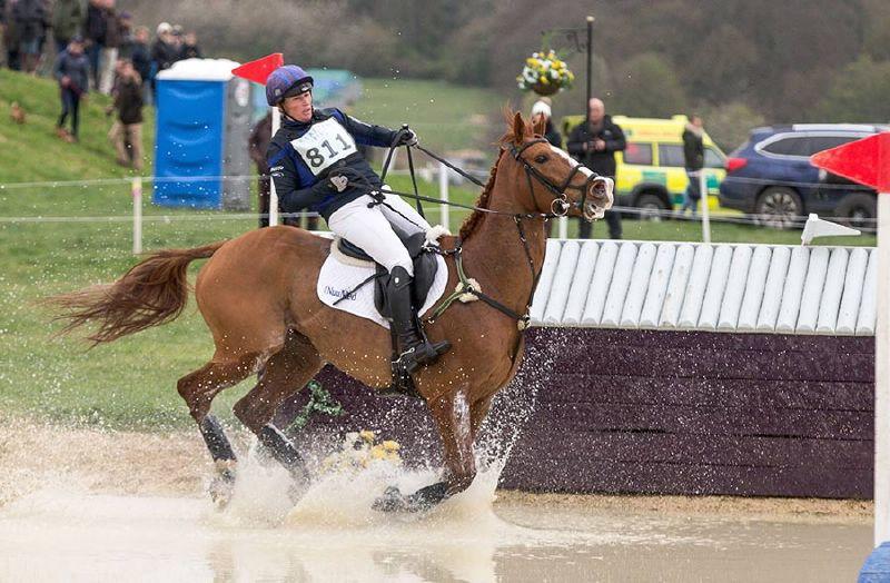 زارا تندال تتلقي العلاج بعد سقوطها من حصانها خلال سباق في نورفك