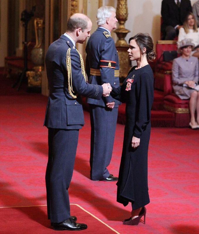 فيكتوريا بيكهام تحصل على وسام رتبة الإمبراطورية البريطانية