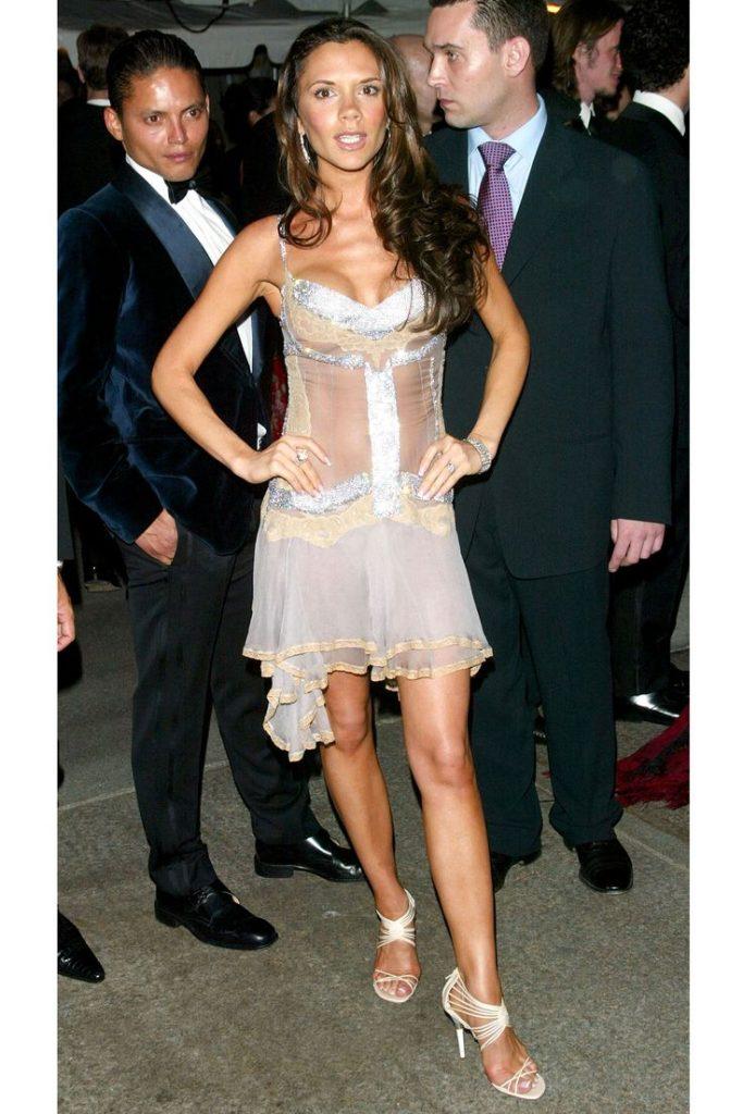 فيكتوريا بيكهام (Victoria Beckham) في إطلالة من ماركة Dolce & Gabbana في عام 2003