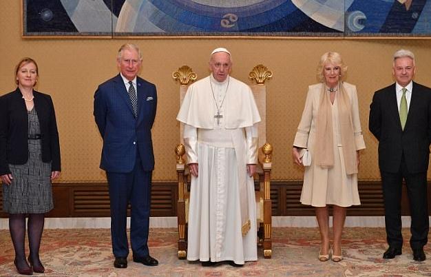 كاميلا دوقة كورنوال لم ترتدي إطلالة سوداء عندما مقابلتها لبابا الفاتيكان