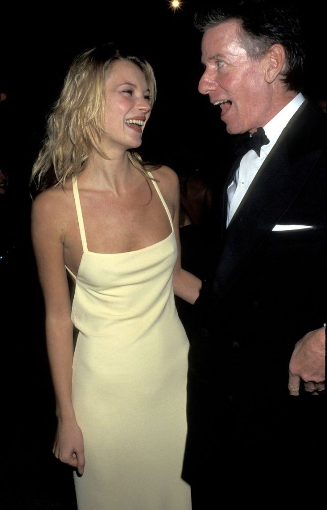 كيت موس (Kate Moss) في إطلالة من ماركة Calvin Klein في عام 1995