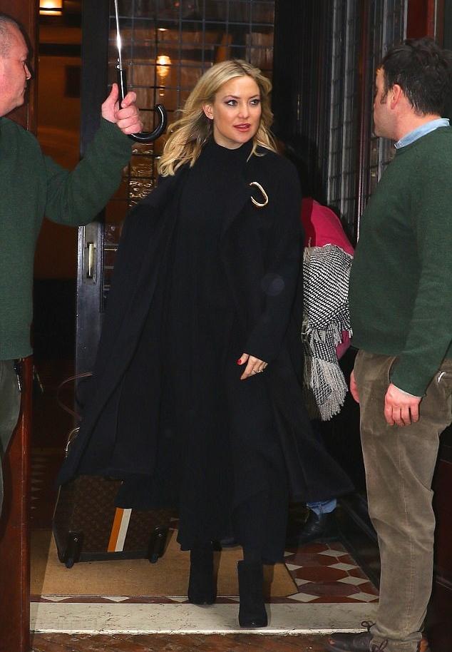 كيت هدسون في معطف أسود