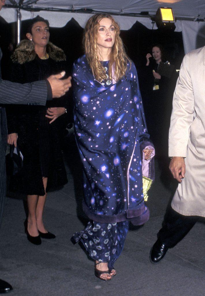 مادونا (Madonna) في إطلالة من ماركة Versace، في عام 1997