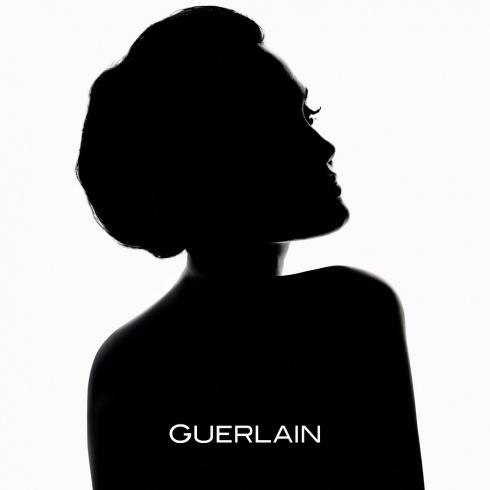 ماذا قالت أنجيلينا جولي عن حملتها الدعائية الأولى لمستحضر تجميلي منذ عقد من الزمان؟
