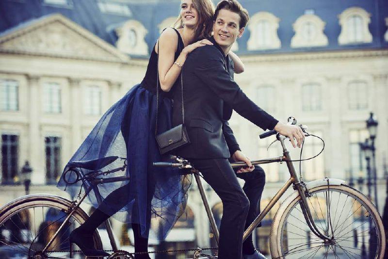 مجموعات شوميه تقودنا إلى نزهة طريفة لزوجين شابين في باريس