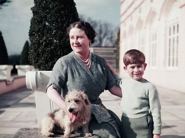 معاناة الأمير تشارلز وهو طفل بسبب انشغال والدته