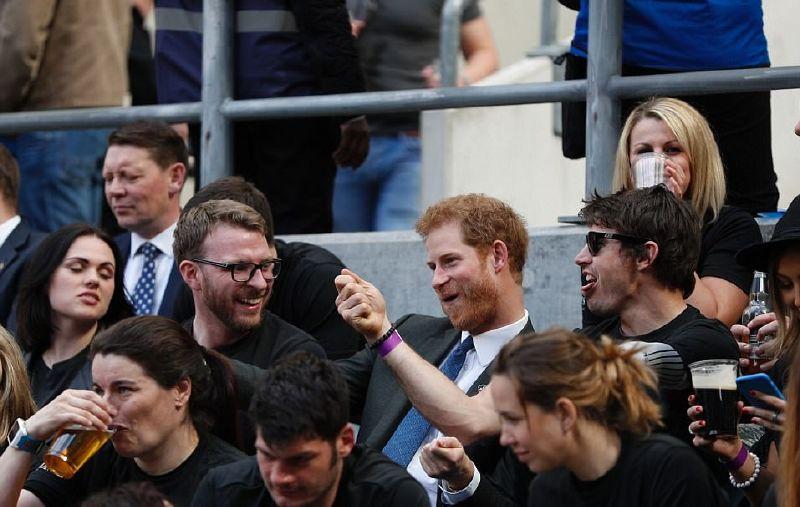 الأمير هاري أثناء تبادله المزاح مع جمهور المباراة