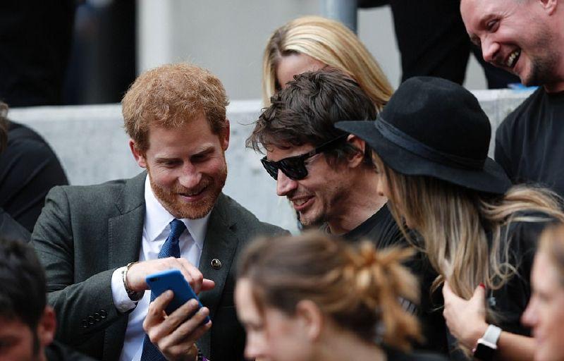 الأمير هاري في مقعده وسط جمهور المباراة البالغ عدده 81.577