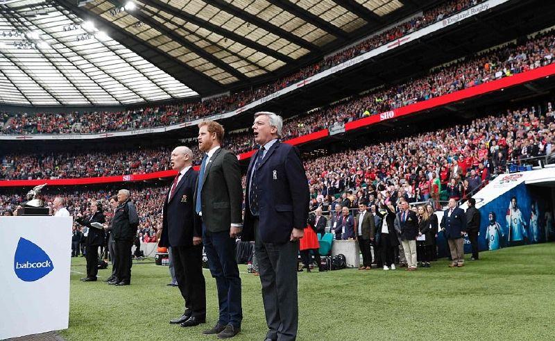 الأمير هاري يردد النشيط الوطني مع جمهور المباراة