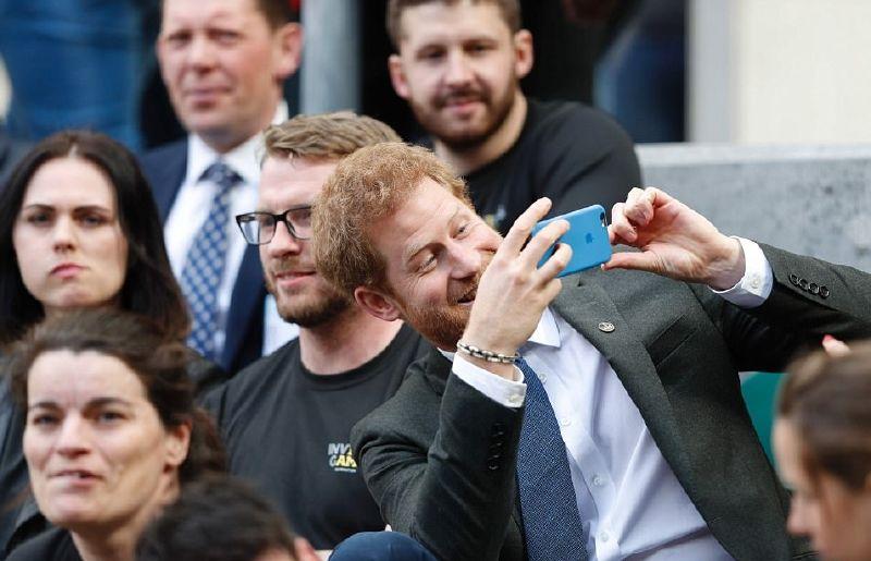 الأمير هاري يلتقط بعض الصور مع الجمهور
