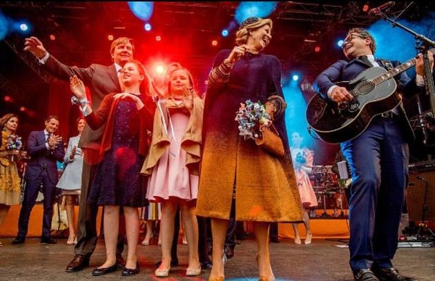 العائلة تحتفل بعيد ميلاد الملك على خشبة المسرح في حفلة موسيقية في تيلبورغ