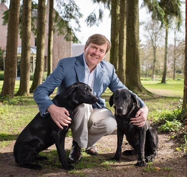 الملك يحتفل بعيد ميلاده الخمسين بمشاركة هذه الصورة الرسمية مع الكلاب العائلية