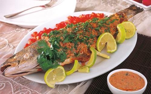 سمك مشوي مع صلصة الجنزبيل الحارة