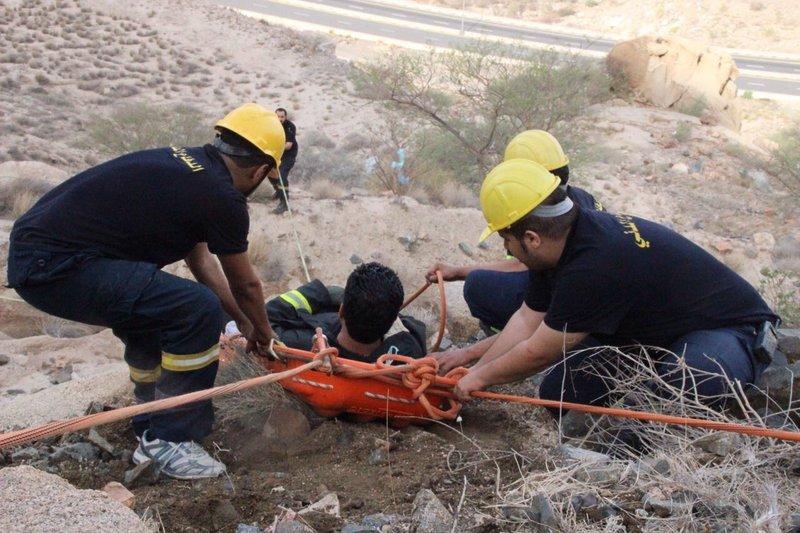 فرق الدفاع المدني قامت بإخراجه ومساعده المصاب