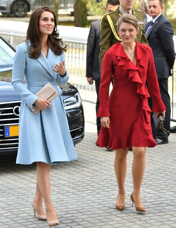 كيت ميدلتون في استقبالها الأميرة ستيفاني