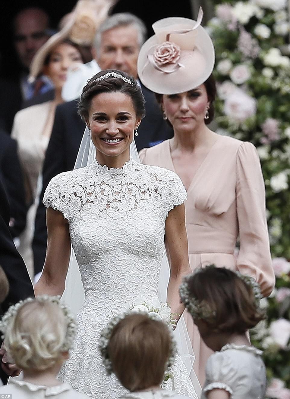 بالصور... فستان زفاف بيبا ميدلتون من تصميم جايلز ديكون