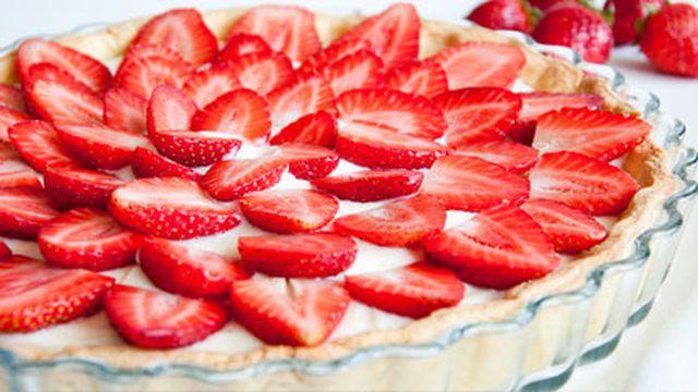 """تعتبر """"تارت الفراولة"""" إحدى الأكلات التي لا غني عنها في شهر رمضان، يمكننا عمل """"تارت الفراولة"""" من مكونات سهلة بسيطة للغاية."""