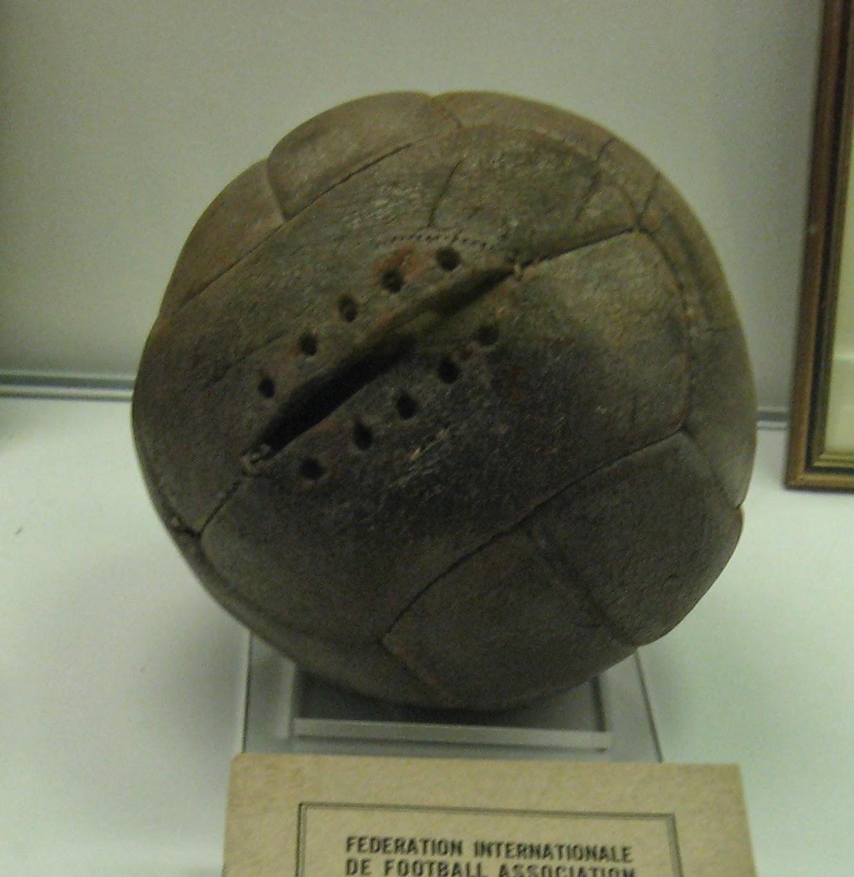 اول كرة قدم مصنوعة من الجلد ومحشوة بالريش