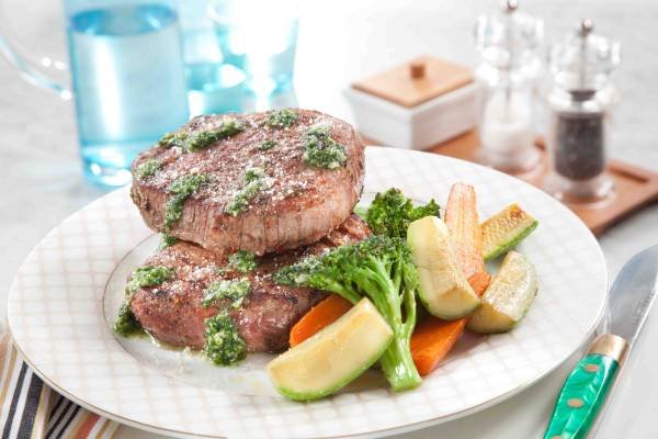ستيك لحم مع صوص الريحان