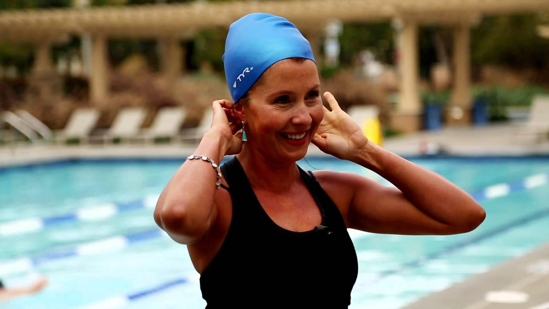 6 نصائح لحماية الشعر المصبوغ أثناء السباحة