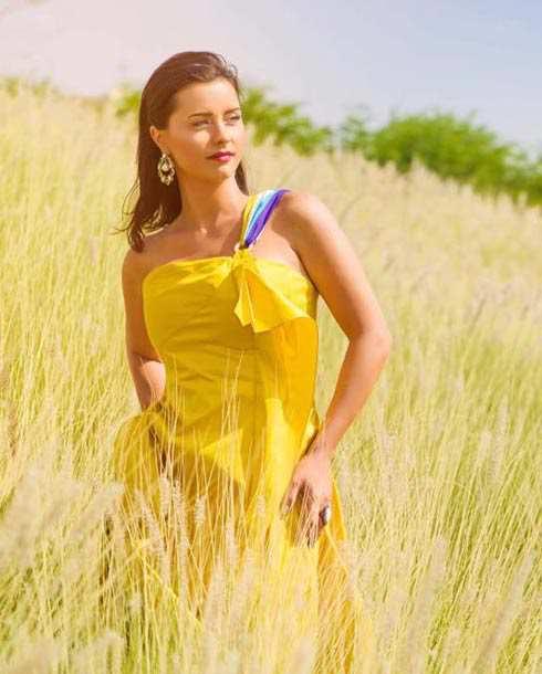 إطلالة-بالفستان-الأصفر