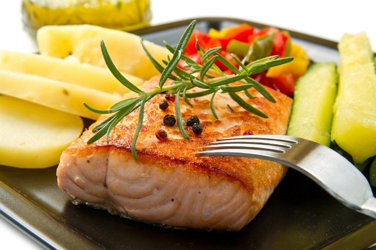 طريقة عمل سمك سلمون بصوص الزبدة والليمون
