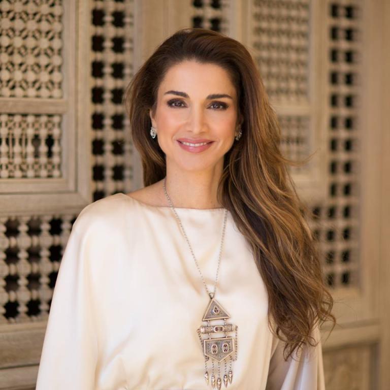 بالصور-اجمل-ازياء-الملكة-رانيا-العبدالله- بمناسبة- عيد- مولدها- (2)
