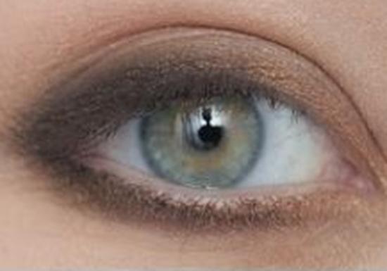 الخطوة الثالثة من مكياج العيون الخضراء