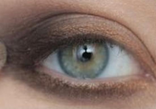 الخطوة الرابعة من مكياج العيون الخضراء