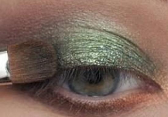 الخطوة الخامسة من مكياج العيون الخضراء