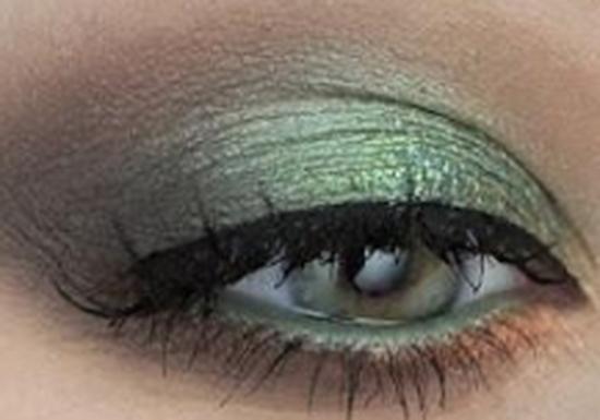 الخطوة السلابعة من مكياج العيون الخضراء