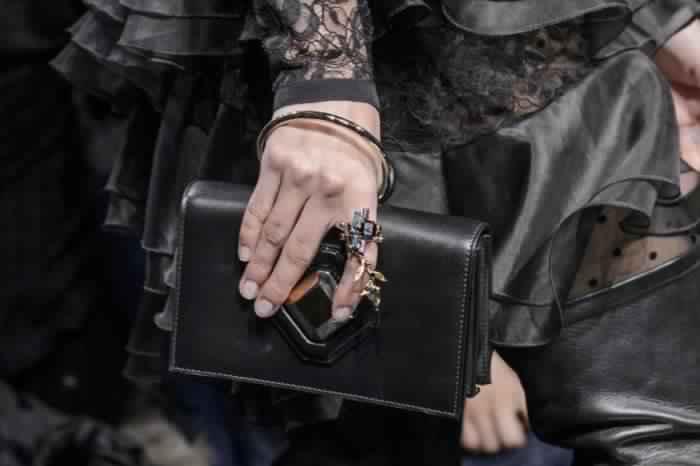 احدث-تشكيلة-حقائب-يد-من-تصميم-إيلي-صعب-موضة- خريف-2017- (16)