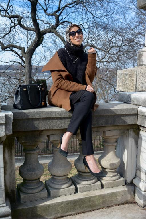المعطف-الكاميل-الداكن-مع-اطلالة-سوداء