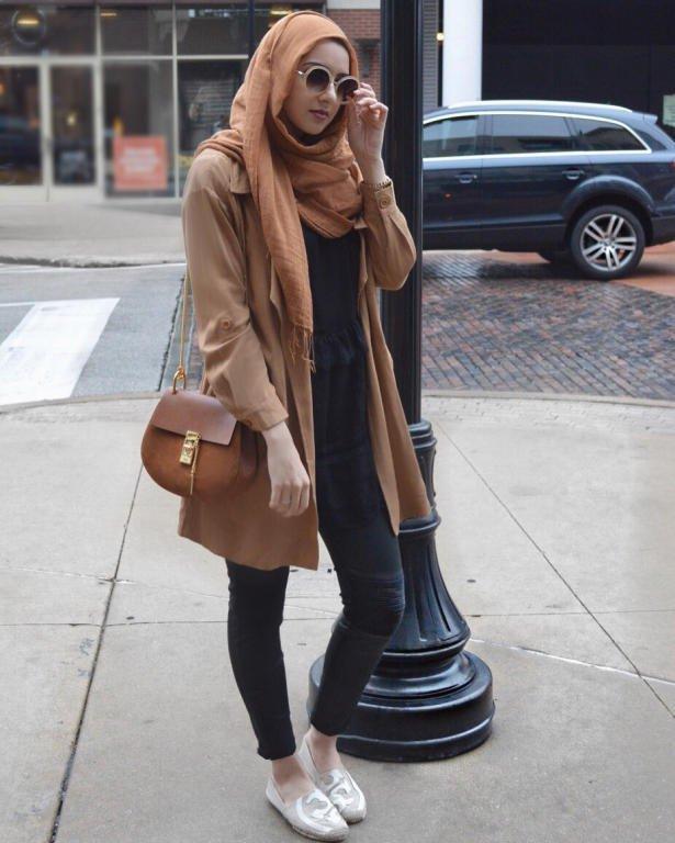 المعطف-الكاميل-في-اطلالة-مع-الاكسسوارات