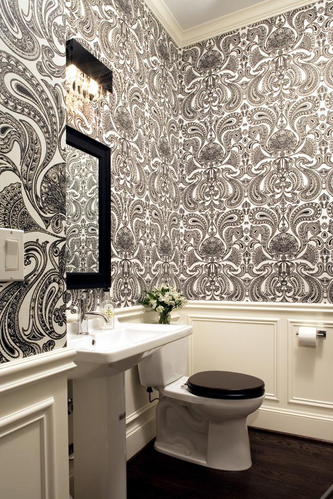 حمام-أبيض-بنقوش-سوداء