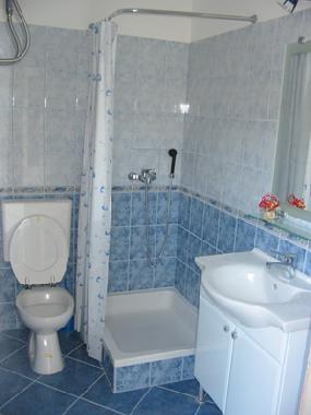 حمام-باللون-الازرق-والابيض