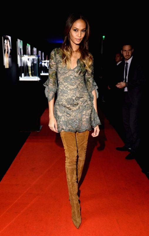 فستان-السهرة-مع-حذاء-جون-سمولز