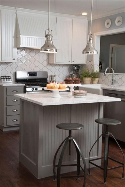 مطبخ-أبيض-بلمسات-رمادية